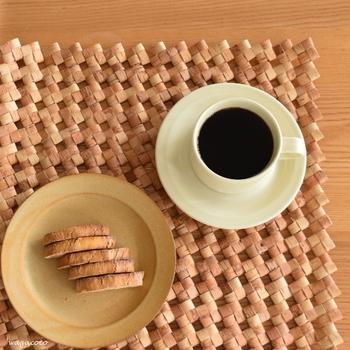 ビスコッティはそのまま食べてももちろん良いのですが、コーヒーや紅茶などのドリンクと合わせるとよりおいしく食べられます。コーヒーに浸してから食べるのも、メジャーな食べ方。コーヒーを吸って少し柔らかくなるので、ビスコッティの硬さが苦手な方にもおすすめです。お茶のほかには、ワインと一緒にいただく食べ方もありますよ♪