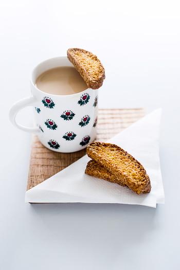 ビスコッティは、食感がしっかりしているので食べ応えがあります。よく噛んで食べれば、おやつやおつまみの食べ過ぎも防げるでしょう。朝食が物足りないときにプラスして食べるのも良いですね。自由なタイミングでビスコッティタイムを楽しんでみてください♪