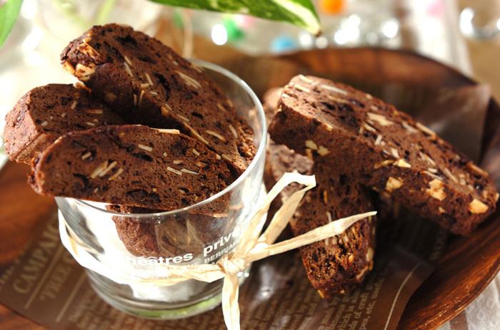こちらは、コーヒーの苦みを邪魔しないビターなビスコッティのレシピです。こちらの生地は、イーストを使って発酵させているのも特徴。ブラックコーヒーが好きな方にもおすすめです。ココアの苦みとの相性を楽しみましょう。苦味が得意でない方は、甘くしたカフェオレなどと合わせてみるのも良いですよ♪