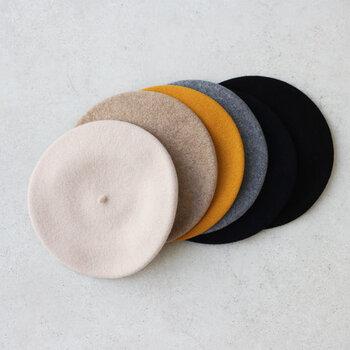 1953年に創業した、ドイツの老舗帽子メーカー「KOPKA(コプカ)」が作ったベレー帽です。100%ピュアウールの上質な素材感で、締め付けを感じないゆったりシルエットに作られています。コーデに合わせやすい定番のカラーが6色揃っているので、デイリーに被りやすいのが嬉しいポイント。