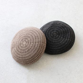 千鳥格子柄とシャギー加工を施したミックスカラーのリバーシブルで使えるベレー帽です。シンプルな無地コーデには柄の面を、ちょっぴり個性派な着こなしにはシンプルな面をと、一つの帽子をコーデに合わせて使い分けできます。