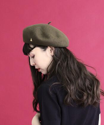 シンプルなベレー帽に、小さなカンガルーのモチーフが付属したアイテムです。カラーは定番の黒、トレンド感たっぷりな、くすみカラーのピンク・カーキの3色展開。クールなカラーリングのベレー帽に、遊び心たっぷりなゴールドのカンガルーが大人キュートな印象を与えてくれます。