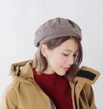 エコスエード素材を採用した、シンプルなベレー帽です。程よく高さのある形で、重心を自由に変えられるのが魅力。アジャスターの片側に平ゴムを用いているため、フィット感が高く落ちにくいつくりになっています。
