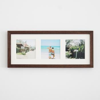 ウォールナット材で作られたフレームはシックなダークカラーが落ち着いた印象です。複数の写真を並べて飾れるから、より雰囲気が伝わりそう。