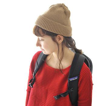 ニット帽を頭にポンと軽く乗せるような、定番の被り方です。カジュアルやガーリーコーデに合わせやすく、ヘアアレンジした髪の毛とも相性の良い被り方ですね。ニット帽の中に、少しゆとりを持たせるイメージです。