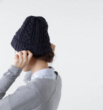 カジュアルやナチュラルなコーディネートと相性のいい、ニット帽を深めに被るスタイリングもあります。ニット帽の中にゆとりを残さないよう、折り幅を調整してグッと深く被ります。朝の時間がないとき、ヘアスタイルをごまかすために活用する人も。