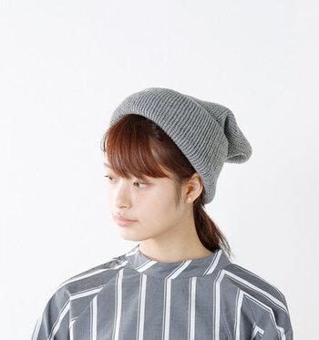 大きめサイズのニット帽を、後ろにたるませて被る方法です。サンタクロースの帽子のようなイメージですね。ベーシックな形のニット帽だと上手くたるませるのが難しいので、ゆったりサイズで作られているアイテムを選びましょう。フェミニンコーデにも合わせやすい被り方です。