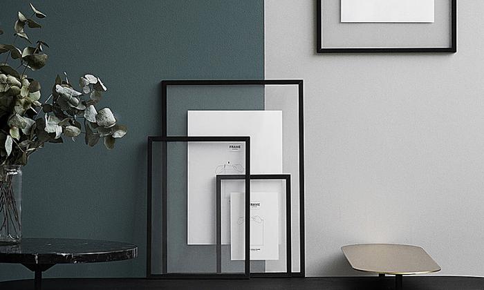 素材と色違いのスタイリッシュな黒のアクリルフレームもあります。お部屋の雰囲気に合わせて選ぼう。
