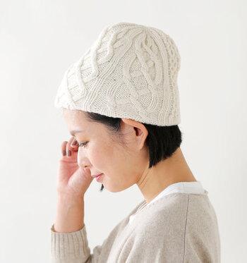 ニット帽に前髪を全部入れ込んで被る方法もあります。顔周りをスッキリ見せてくれるので、マフラーやネックにボリューム感のあるアウターとコーデする際にもおすすめです。ただし前髪をニット帽に入れてさらに両側の髪を耳に掛けると幼く見えてしまうので、サイドの髪を耳に掛ける際は片方だけにしてください。