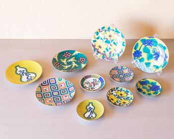 こちらは17世紀の中ごろに焼かれていた「古九谷」の伝統柄を復刻させた「古九谷 名品コレクション」です。手のひらサイズの豆皿と直径約15㎝の5号皿、どちらも自然をモチーフにした大胆な図柄と、九谷焼ならではの鮮やかな色彩が印象的です。