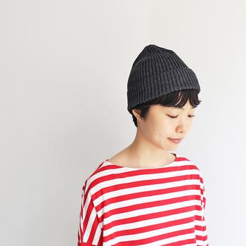 ロングシーズン活用できるイメージのニット帽ですが、厚すぎる素材を選ぶと春夏は帽子の中が蒸れてしまうことも。  春夏にニット帽を選ぶ際は、アクリルやコットン、リネン素材などの軽やかに被れて通気性のよい素材のアイテムを選ぶのがポイントです。