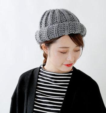 寒い季節に被るニット帽は、防寒アイテムとしての性質も重要。ウールなどの暖かさも備えられる素材のニット帽を選ぶのがおすすめです。  見た目的にはざっくりと編まれたものが、季節感の演出にはぴったり。ファーやボアなどが付いたアイテムも、秋冬らしさを演出できます。