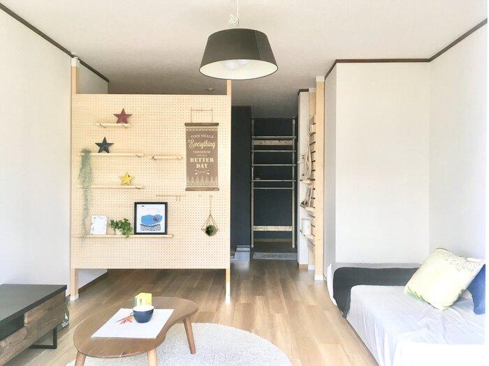 パーテーションに有孔ボードを使うと、シンプルでおしゃれな雰囲気になりますよ。ワンルームなど、玄関を開けて部屋が丸見えになってしまうときの目隠しにもおすすめ。好きな場所に飾り棚を設けたりして、自由にアレンジが楽しめます。