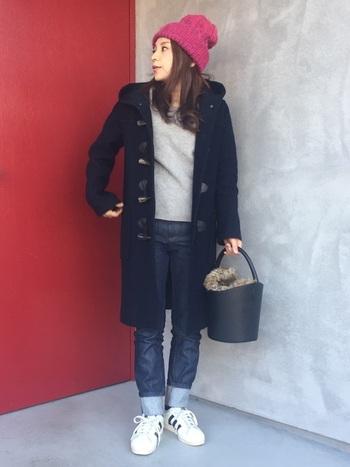 グレーのトップスに、デニムパンツとスニーカーを合わせたシンプルコーデ。「RonHerman VINTAGE(ロンハーマン)」のダッフルコートでベーシックにまとめつつ、赤のニット帽でワンポイントをプラスしています。ファー付きのバケツバッグは、季節感とトレンド感の両立が叶う優秀アイテムです。