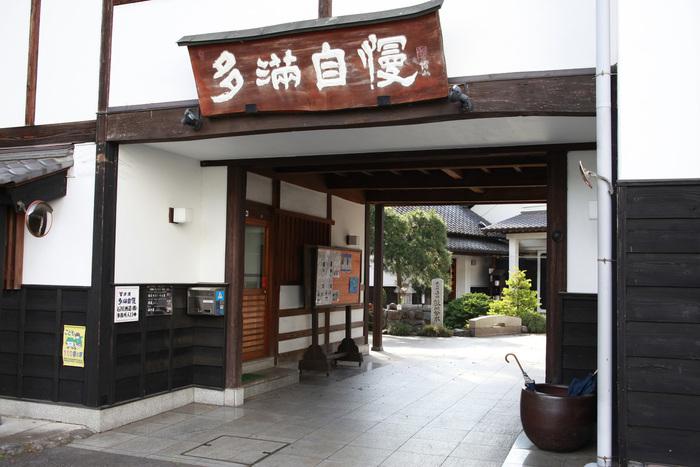 """敷地の地下150メートルから汲み上げた天然水を仕込み水に使用し、秋から初春の頃にだけ仕込みを行う""""寒造り""""と言われる昔ながらの製法を守り、東京を代表する日本酒のひとつとして全国で親しまれています。"""