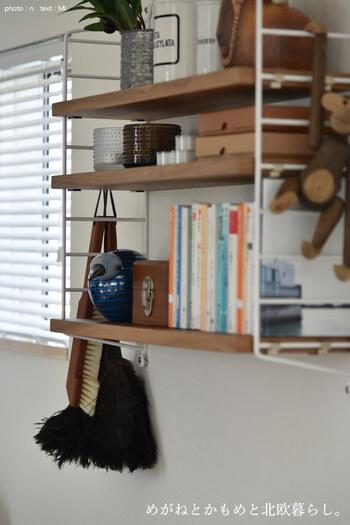 「ストリングシェルフ」シリーズの中で、奥行きが浅くインテリアに使いやすいのが、ストリングポケットです。ビス止めするだけなので、取り付けも簡単。ピクチャーレールが付いているお宅なら、フックで吊り下げることも可能です。