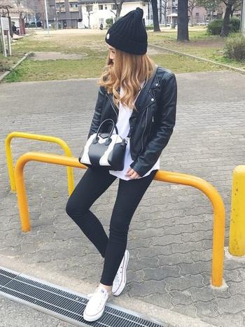 黒のライダースジャケットに、黒のスキニーパンツを合わせた着こなし。インナーとスニーカーは白で揃えて、メンズライクなモノトーンコーデに仕上げています。「MONCLER(モンクレール)」の黒ニット帽で、程よくカジュアルな印象に。