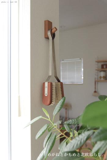 無印良品の「壁に付けられる家具」は、壁面収納のマストアイテムです。玄関や廊下には、フック型のものがおすすめ。石膏ボード用のピンで取り付けるだけなので、壁に傷を付けたくない方も安心して使えます。
