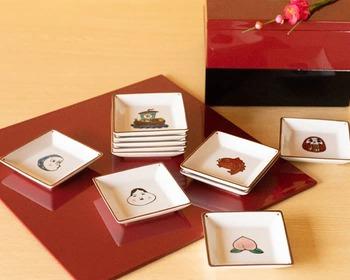 11種類のモチーフが描かれた豆皿は、どの器も華やかな色彩と上品なデザインが印象的です。日常使いはもちろんのこと、お正月やお祝いの席にもぴったり。縁起物をモチーフにした華やかな豆皿は、新築祝いや長寿のお祝いなど、大切な方へのギフトにもおすすめです。