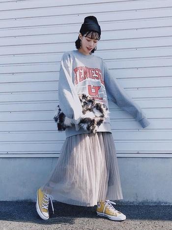 ビッグサイズのロゴスウェットに、同系色のシフォンプリーツスカートを合わせたミックスコーデ。ネイビーのニット帽やイエローのスニーカーで、ボーイッシュなアクセントを加えています。手に持ったレオパード柄のファーバッグが、季節感とトレンド感をアップ♪