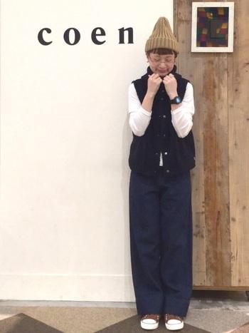 ネイビーのボアベストに同系色のワイドパンツを合わせ、白の長袖トップスを差し色に活用したコーディネートです。ベージュのニット帽は浅めに被って、縦長のラインをアピール。これからの季節にぴったりな、ボーイッシュコーデの完成です。