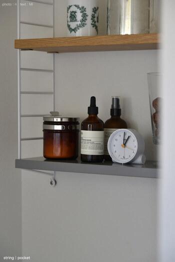 水回りの掃除道具も、壁面収納でおしゃれに収納してみましょう。こちらの実例は、ストリングポケットをトイレに設置したもの。時計や季節の木の実などもディスプレイすれば、癒しの空間に早変わりですよ♪