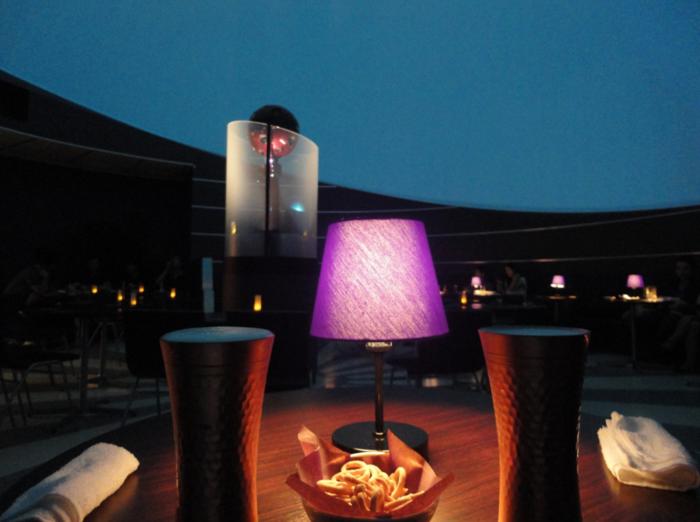 カフェタイムではパスタやホットドックの軽食も提供。バータイムではオリジナルカクテルやアルコールを楽しむ人も多いのだとか。