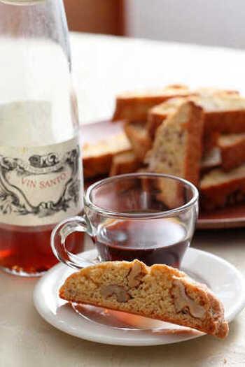 大粒のクルミがごろごろ入ったビスコッティのレシピです。ワインのおつまみといえばナッツ!という方に特におすすめ。甘いワインとの相性が良いのだそう。ワインの種類も工夫して、浸して食べてみてください♪