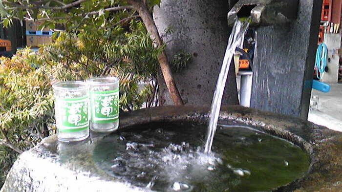 敷地内にある井戸水は、武甲山伏流水で仕込み水にも使われているもの。「彩の国クールスポット100選」にも選定されているミネラル豊富な水は、訪れた方が自由に利用できるんです。のどを潤したり、その冷たさを感じてみませんか?