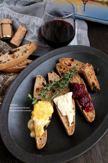 ワインに合うビスコッティは、シンプルなビスコッティを作ってからトッピングを工夫する方法もあります。チーズや卵など、トッピング次第でいろいろな味わいにできるので、バリエーションを一度に楽しみたいときにも便利。シンプルなビスコッティは甘さを控えめにすると、トッピングとの相性を自由に楽しめますよ♪
