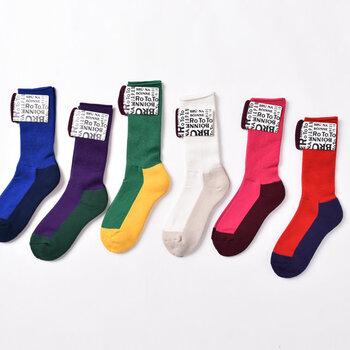 ビビッドカラーの鮮やかな色の靴下はこちら!秋冬コーデの差し色にぴったりのソックスです。ソフトにフィットする履き口と、クッション性の高い足底のパイル編みが特徴で、履き心地もGOODです。