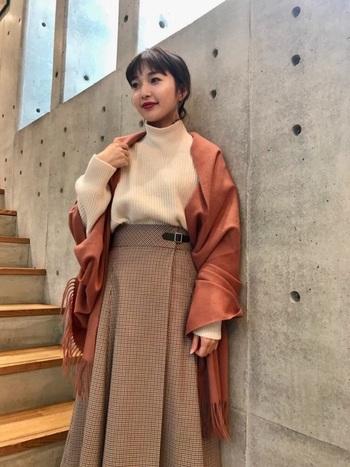 お仕事モードの時や、ちょっと綺麗めのファッションの日は、ぱっと華やぐオレンジ色がおすすめ。派手過ぎず、落ち着き感もある色味のストールはコーデをぐぐっとランクアップさせてくれます!肩から羽織るだけでも◎。