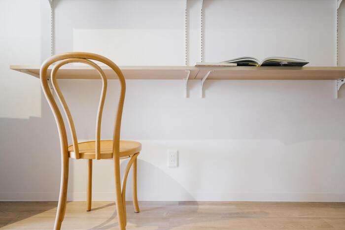 わざわざ机を買わなくても、壁面収納で書斎スペースをつくることができますよ。先ほどもご紹介した棚受けレールを壁面に設置し、棚位置をテーブル高さに合わせれば、デスクの完成です。上部は本棚として使えて、省スペースかつ大容量の書斎が叶います。