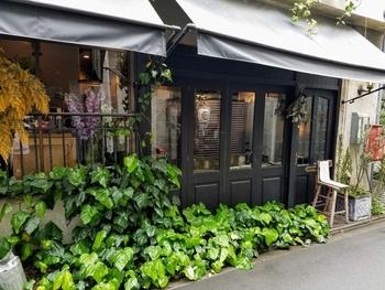 合羽橋商店街から1本裏に入った静かな住宅街にある「Café Otonova(カフェ・オトノヴァ)」。築60年近い飴の工房兼住居をリノベーションした、ヨーロッパ風のステキな雰囲気が評判です。