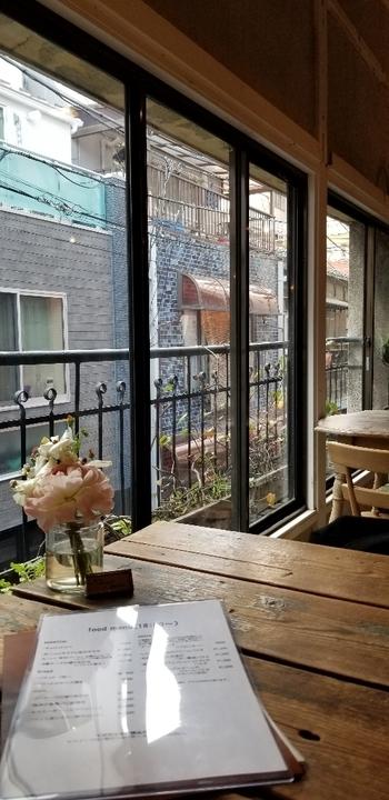 さりげなく飾られたお花や雑貨もおしゃれ。吹き抜けの2階建てで、2階の窓から見える下町の路地も趣きがあります。