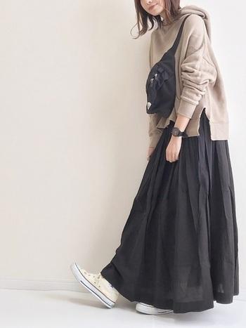 袖のリブ部分や首元が詰まっているパーカーは、16度超えの気温帯にぴったり。インナーも着こめるので、カットソーはもちろんのこと、シャツやタートルなどをINにしても◎。スカートと合わせるとカジュアルになり過ぎず優しい雰囲気に仕上がります。