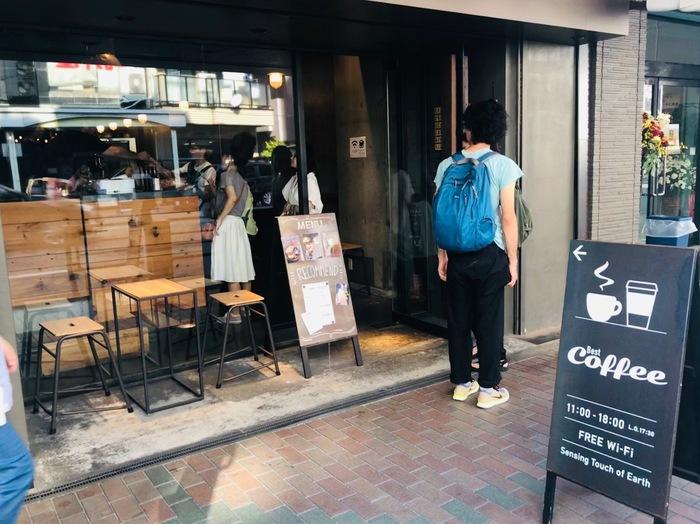 「Sensing Touch of Earth(センシング タッチ オブ アース)」は、かっぱ橋道具街通り沿いにあるスタイリッシュなカフェ。ここでは「朝」「昼」「晩」の時間帯ごとに異なるスペシャルティコーヒーを提供しています。