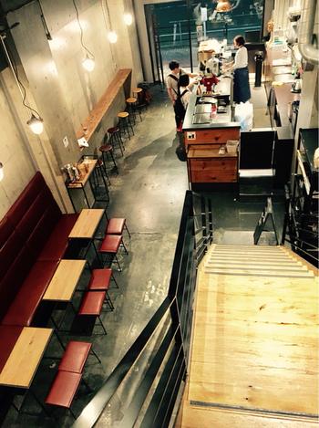 シンプルでスタイリッシュな店内。1階はカフェスペースで、2階はレンタル制のシアタールームになっています。
