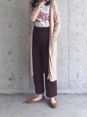 ロゴTシャツを大人っぽく着こなすなら、ロングカーデがおすすめ。こっくりカラーのボトムや秋らしい色味のシューズで、季節感も意識して。