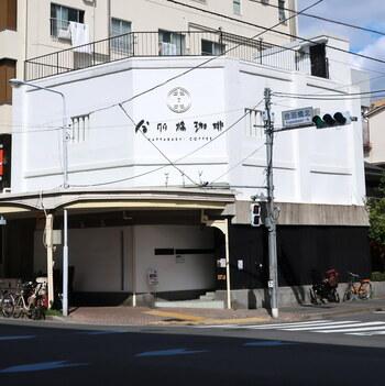 「かっぱ橋北」の交差点角にある白い建物が「KAPPABASHI COFFEE & BAR(カッパバシコーヒー&バー)」です。もともとは「合羽橋珈琲」という名前でしたが、2016年リニューアルしました。