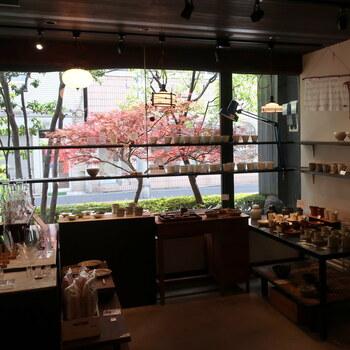 併設されている雑貨店には、和食器を中心としたアイテムが並びます。お店で使用しているミルクピッチャーやサラダボウルなども購入できるので、お食事のあとにのぞいてみてください。