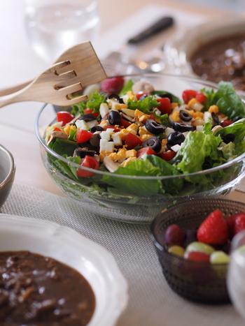 なんだかちょっと疲れたなと感じたら、カラフルでボリューム満点なサラダを食べてみてください。体の奥からフレッシュなエネルギーがみなぎってくるのを感じるはず。忙しい毎日、たっぷりサラダを食べて乗り切っていきましょう♪