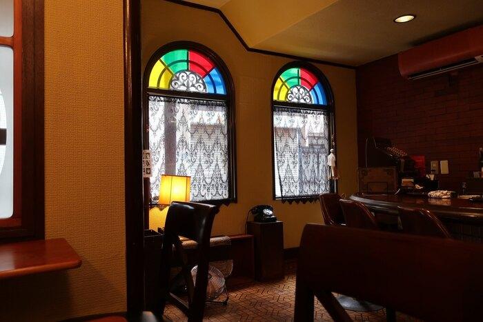 """もとはスナックだったという店内を""""昭和""""をコンセプトにリノベーションしたそう。オーナーが自身でリノベーションを手がけ、ステンドグラスやダークブラウンの家具など調和が取れたモダンな雰囲気。タイムスリップしたような空間でゆったり過ごせます。"""