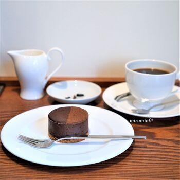店名を冠した「マジドゥショコラ」は、スフレからインスピレーションを受けたという新感覚の半生チョコレートケーキ。カカオ豆の特徴が最大限に引き出され、芳醇な香りが口いっぱいに広がります。