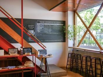 1階はチョコレートファクトリーとスタンド、2階はカフェと、お店のグラウンドチョコレートを使ったお菓子作り教室や、工場見学などがのワークショップスペースが併設されたファクトリーです。