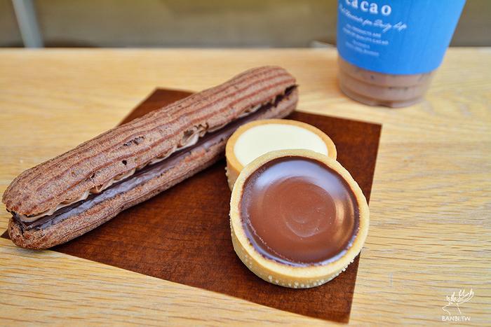 長さ約17cmもある存在感抜群の「エクレア」。サクサクのシュー生地の間には、クリームやガナッシュ、板チョコの3種のチョコレートがたっぷりサンドされています。こちらのチョコレートは、イギリスの世界品評会「Academy of Chocolate2019」で金・銀・銅を全受賞するなど、世界的にも評価される希少な味。