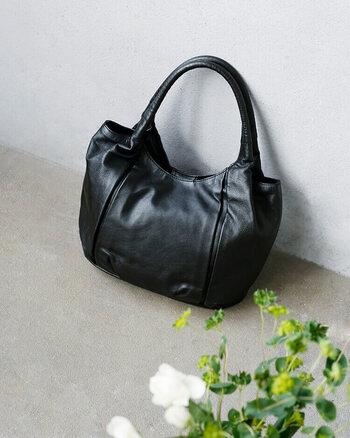 コーデ全体が品よくまとまり、使い勝手も良い革のバッグ。お気に入りの相棒を手に入れて、ずっと大切に使ってみてはいかがでしょうか。