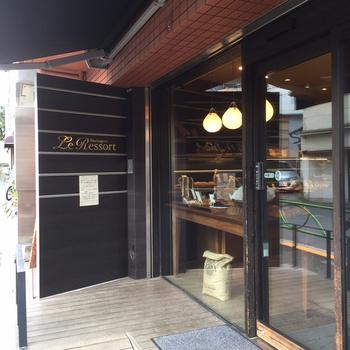 京王井の頭線 駒場東大前駅から下北沢方向に歩いて数分。20代前半にして「メゾン・カイザー」の日本進出に関わった後、同店のパリ本店で修業した清水宣光さんが2006年にオープンしました。   青山のフランス料理店「フロリレージュ」(ミシュランガイド東京にて2つ星を獲得)へのパン提供など、本場仕込みのパンが評価される中で・・・
