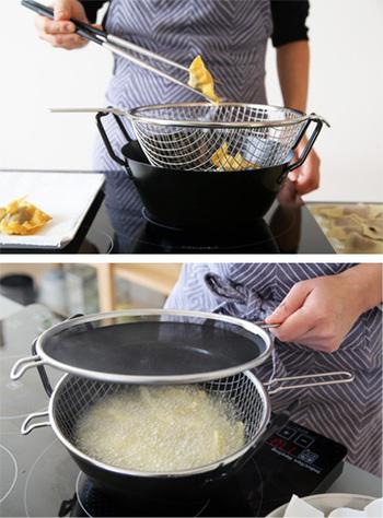 ラバーゼの揚げ鍋セットは鉄鍋・油ハネ防止ネット・揚げかごがセットになっていて、すっきりとスタッキングできるところが魅力。揚げかごに食材を入れながら揚げられるので、一気引き上げることができるのも便利です。