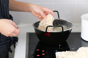 食材を油に入れる時は放り込まずに鍋はだからそっと行いましょう。水気が残っていると油ハネに繋がるので、しっかりと水分を取っておくと怖くありませんよ。